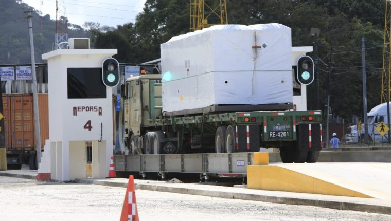 La Empornac habilitó desde este viernes el sistema de inspección no intrusiva a los contenedores para la importación y exportación. (Foto Prensa Libre: Dony Stewart)