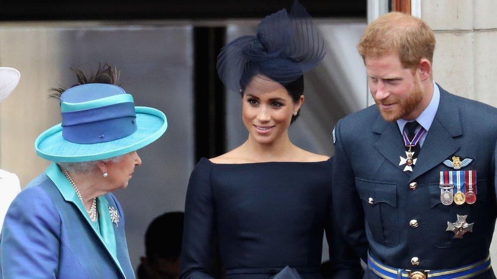La Reina Isabel II convoca una reunión para abordar el futuro de Enrique y Meghan