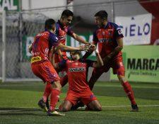 Rudy Barrientos (centro) festeja con sus compañeros el gol del triunfo en Mixco. (Foto Prensa Libre: Francisco Sánchez)