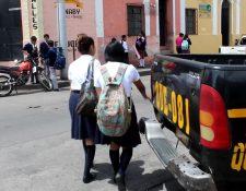 Autoridades educativas y de seguridad pretenden tener control en los centros educativos públicos y privados. (Foto Prensa Libre: Archivo)