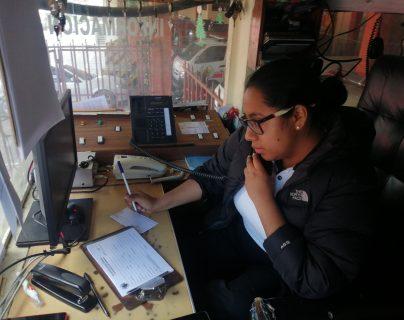 Fabiola Jocol, telefonista de la Quinta Compañía de Bomberos Voluntarios, atiende las llamadas de emergencia. (Foto Prensa Libre: María Longo)