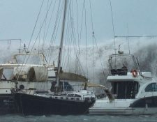 Grandes olas azotan el Puerto Olímpico de Barcelona hundiendo uno de los barcos atracados. (Foto Prensa Libre: EFE).