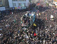 Millares de iraníes acompañan el cortejo con los restos de Qasem Soleimani. (Foto Prensa Libre: Hemeroteca PL)