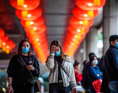 Peatones se protegen con mascarillas en Macao, China. (Foto Prensa Libre: AFP)