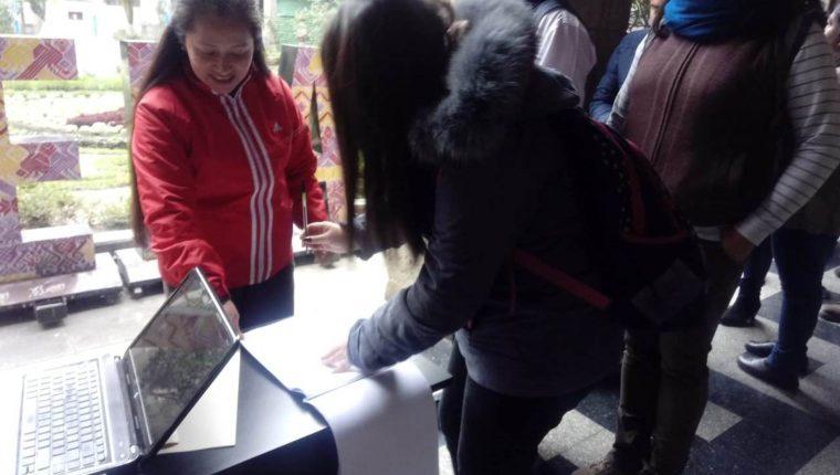 Trabajadores municipales recibirán cheque para el pago de enero 2020. (Foto Prensa Libre: María Longo)