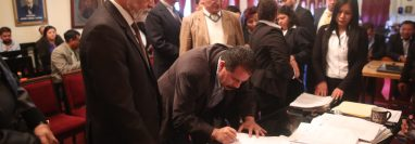 Autoridades municipales actuales entregaron documentos e información a los electos. (Foto Prensa Libre: María Longo)
