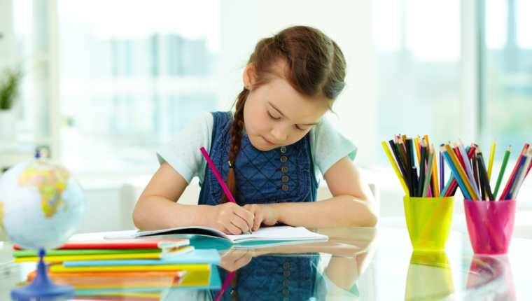 Hacer las tareas del colegio en casa son importantes para reforzar lo aprendido. Busque un lugar que sea cómodo para los niños. (Foto Prensa Libre: Servicios).