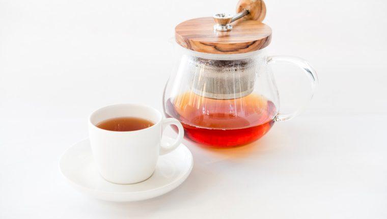 Ya sea frío o caliente, el té es una de las bebidas que puede incluir en su dieta para consumir la cantidad de líquidos que necesita de su cuerpo, mientras disfruta de sabores únicos. (Foto Prensa Libre: Servicios)