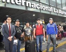 Cuatro trabajadores guatemaltecos viajaron para un contrato temporal a Canadá, les acompañó al aeropuerto el delegado del departamento de Movilidad Laboral (Foto, Prensa Libre: Mintrab).