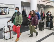 Viajeros asiáticos llegan al aeropuerto O'Hare en Chicago, Illinois, EE. UU., país en el que ya se han confirmado dos personas contagiadas. (Foto Prensa Libre: EFE)