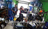 Momento del asalto en San Bartolomé Milpas Altas. (Foto Prensa Libre. Tomada del video del El Gráfico de Sacatepéquez).