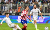 Real Madrid's Uruguayan midfielder Federico Valverde (L) fouls Atletico Madrid's Spanish forward Alvaro Morata (C) during the Spanish Super Cup final between Real Madrid and Atletico Madrid on January 12, 2020, at the King Abdullah Sports City in the Saudi Arabian port city of Jeddah. (Photo by Giuseppe CACACE / AFP)