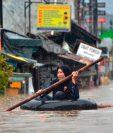 Las inundaciones dejaron a decenas de personas navegando en lanchas neumáticas. Foto Prensa Libre: AFP