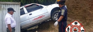 El piloto del vehículo perdió el control y cayó sobre el patio de una vivienda. (Foto Prensa Libre: Bomberos Municipales Departamentales)