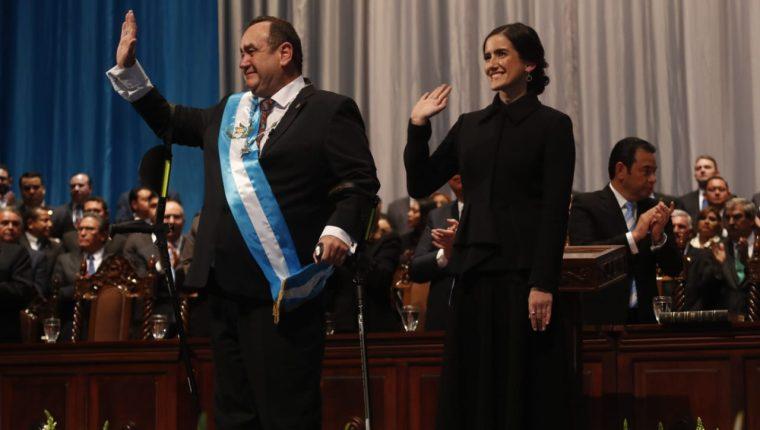 El nuevo presidente Alejandro Giammattei saluda a los asistentes. (Foto: Prensa Libre)
