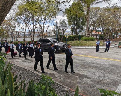 Cómo Bukele y otros presidentes aprovecharon el retraso de más de dos horas en toma de posesión de Giammattei