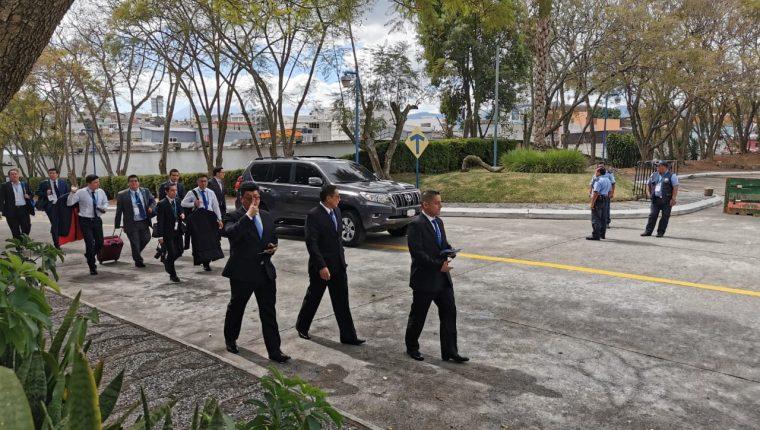 Las comitivas internacionales aprovecharon a llegar más tarde de lo habitual al ver que la sesión en el Congreso continuaba. (Foto Prensa Libre: María René Gaytán)