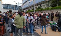 Desde horas de la tarde, grupos de manifestantes llegaron a la sede del Parlacen para evitar que se realice la sesión donde se juramentaría a Jimmy Morales. (Foto Prensa Libre)