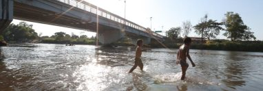 Migrantes atraviesan el río Suchiate, límite nacional de Guatemala y México. (Foto Prensa Libre: Mynor Toc)