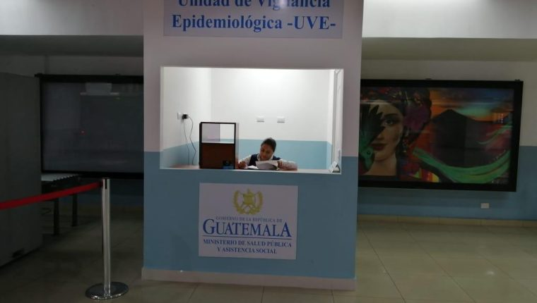 El kiosko de Vigilancia Epidemiológica fue instalado hace 15 días en el Aeropuerto Internacional La Aurora. (Foto Prensa Libre: DGAC)