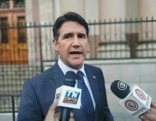 El alcalde Ricardo Quiñónez dio declaraciones al salir de Casa Presindencial. (Foto Prensa Libre: La Red)