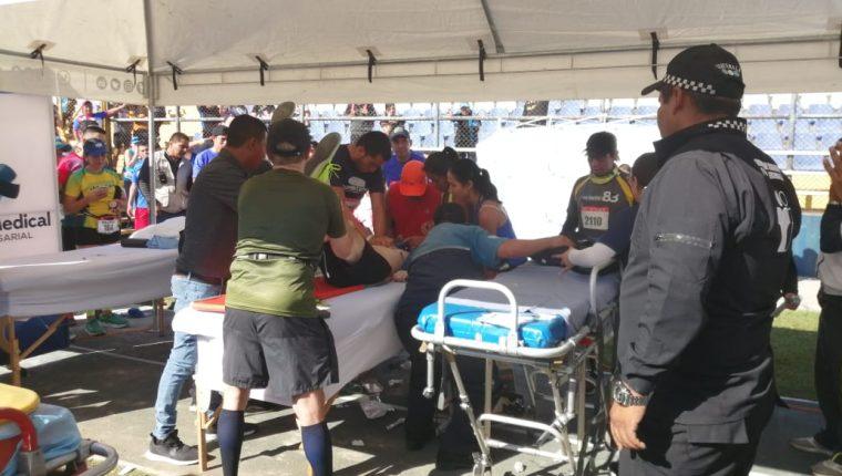 Personal especializado le brinda los primeros auxilios al corredor. (Foto Prensa Libre: Fernando López)