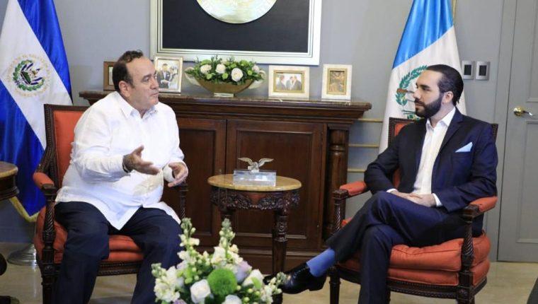 """Presidentes Alejandro Giammattei y Nayib Bukele en reunión bilateral antes de dar a conocer el convenio de """"cielos abiertos"""" que beneficia a ambos países. (Foto Prensa Libre: la Red)"""