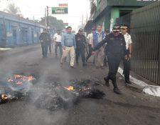 Enfrentamiento entre policías y motoristas en Siquinalá. (Foto Prensa Libre: Carlos Paredes)
