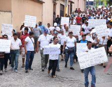 Vendedores del mercado municipal de Zacapa recorren las calles de la cabecera en señal de protesta ante disposición edil. (Foto Prensa Libre: Wilder López)