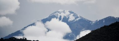 Vista del volcán Acatenango desde San Felipe de Jesús, Antigua Guatemala, donde se puede observar la capa de hielo que se formó en la cima del volcán. (Foto cortesía de Fernando Ixcamey)