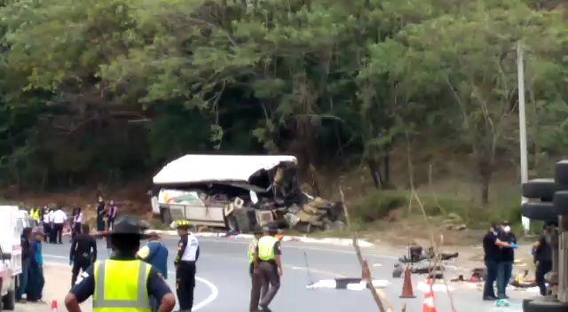 El accidente se produjo en el kilómetro 172.5 de la ruta al Atlántico en jurisdicción de Gualán, Zacapa. (Foto Prensa Libre: Cortesía Provial)