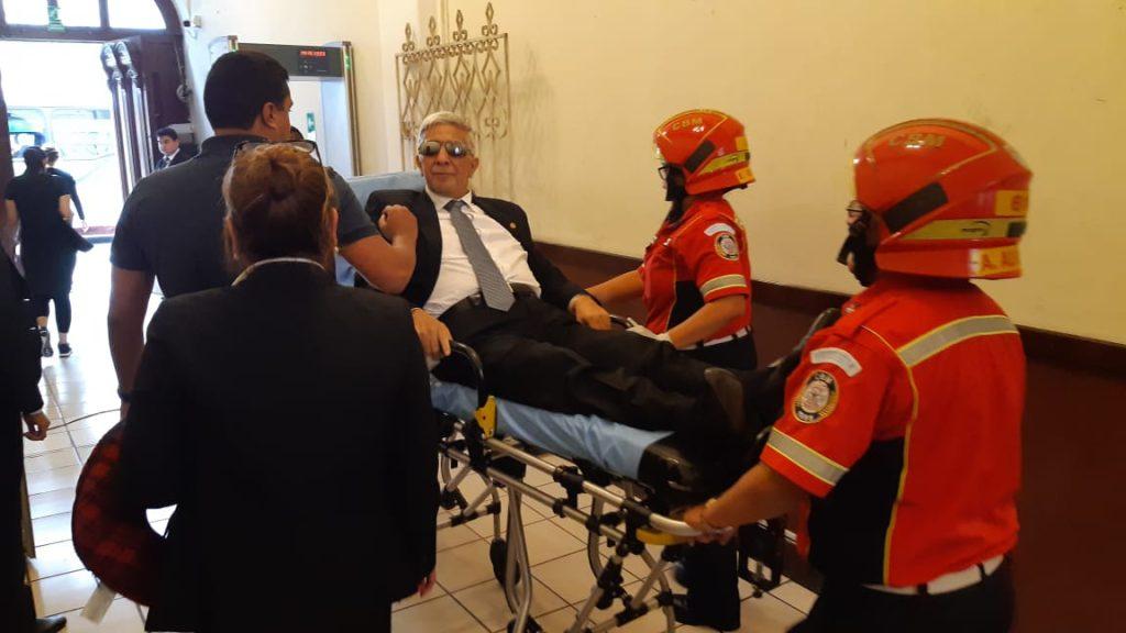 El diputado Armando Melgar Padilla fue retirado del Congreso en una camilla. Foto Prensa Libre: Dulce Rivera