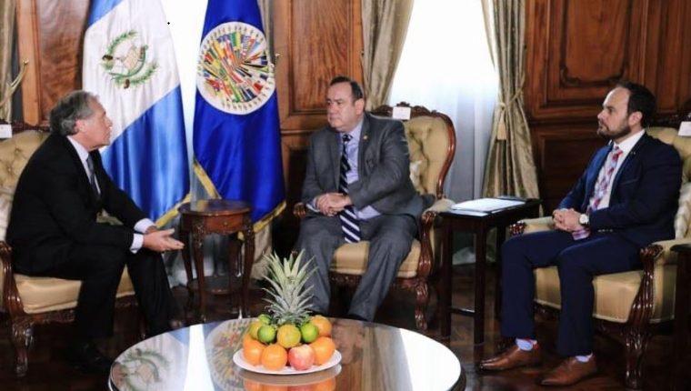El presidente Alejandro Giammattei durante la reunión con Luis Almagro, secretario general de la OEA, acompañados por el canciller Pedro Brolo. (Foto Prensa Libre: Presidencia de Guatemala).