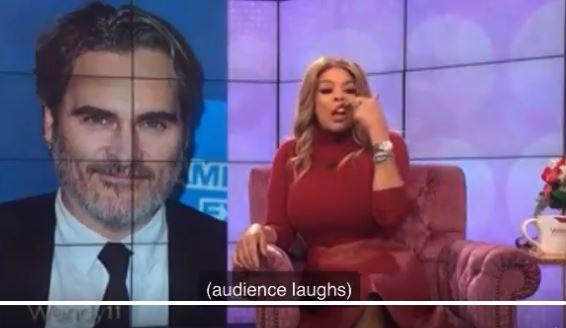 Presentadora se burla de Joaquin Phoenix y causa ola de indignación