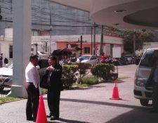 Édgar Barquín llega al Edificio Maya, lugar donde funcionan cuatro oficinas del partido Vamos para colocar a personas afines en puestos en el gobierno. (Foto Prensa Libre: Marvin Del Cid)