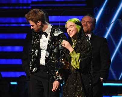 Billie Eilish ha sido la artista revelación y se ha llevado los premios más importantes de la noche.  (Foto Prensa Libre: Robyn Beck / AFP).
