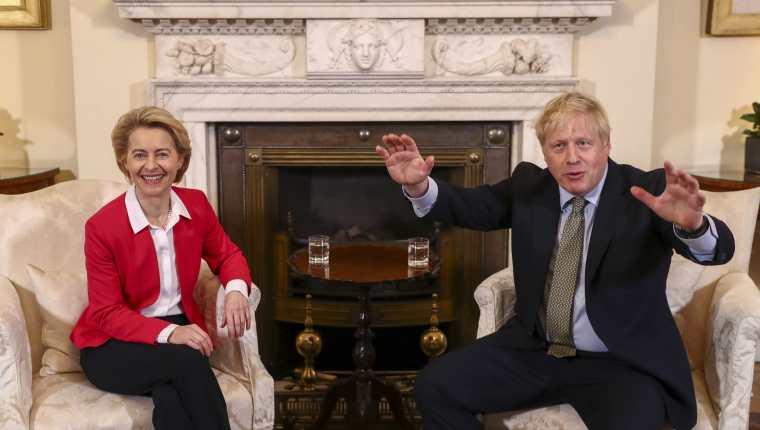 El primer ministro británico, Boris Johnson, durante el encuentro bilateral con la presidenta de la Comisión Europea, Úrsula von der Leyen. (Foto Prensa Libre: EFE)