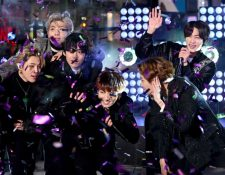 BTS actuó en el Times Square en la ciudad de Nueva York durante el certamen con el que le dieron la bienvenida al 2020. (Foto Prensa Libre: AFP)
