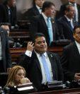 Allan Rodríguez, centro, observa el resultado de la votación que lo coloca como presidente del Congreso. (Foto Prensa Libre: Erick Ávila)