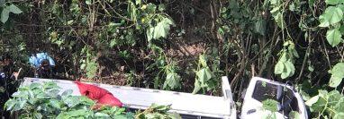 Un camión cayó a un barranco, la caída causó la muerte de dos mujeres que viajaban abordo. (Foto Prensa Libre:  Whitmer Barrera)