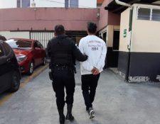 Una persona fue capturada por adquisición de equipos de dudosa procedencia. (Foto Prensa Libre: PNC)