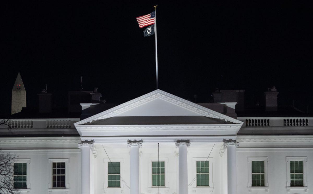 """La Casa Blanca """"vulneró la ley"""" al congelar fondos para Ucrania, según organismo independiente"""