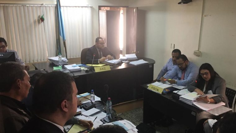 La judicatura resolvió enviar a juicio a los agentes capturados. (Foto Prensa Libre: E. Pitán)