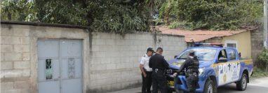 La vivienda de la víctima es resguardada por agentes de la policía. (Foto Prensa Libre: Elizabeth Hernández)