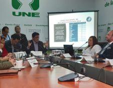 El ministro de Economía, Antonio Malouf, y el director de la Oficina Nacional de Servicio Público, Rafael Rodríguez Pellecer, durante la citación con la bancada UNE. (Foto Prensa Libre: Dulce Rivera)