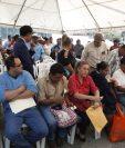 Funcionarios electos para asumir cargos este año hacen fila en la Contraloría para solicitar finiquito. (Foto Prensa Libre: Noé Medina)
