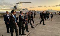 El secretario de Comercio de EE. UU., Wilbur Ross, es recibido por el embajador de EE. UU., Luis Arreaga, y el ministro de Economía, Acisclo Valladares. (Foto Prensa Libre: @AciscloVa)