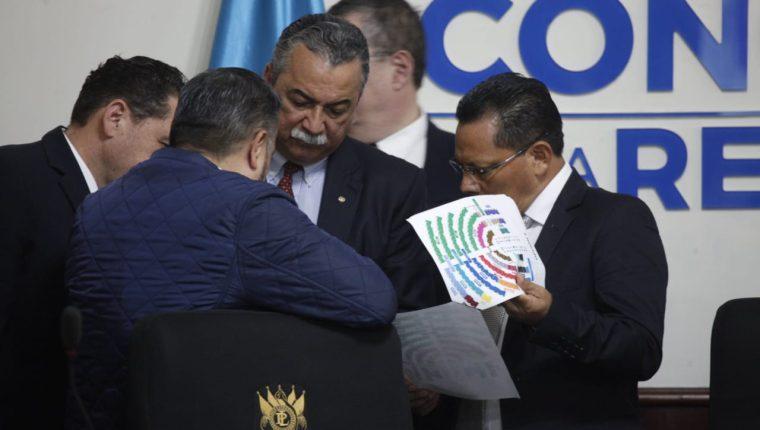 Diputados de la comisión preparatoria del Congreso define distribución de curules para la novena legislatura. (Foto Prensa Libre: Noé Medina)