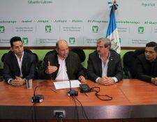 Diputados Orlando Blanco, en conferencia de prensa, denuncia a congresistas de la UNE por traición. (Foto Prensa Libre: Byron García)