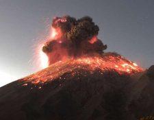 La erupción fue captada por varias cámaras y las autoridades están en alerta. (Foto Prensa Libre: CENAPRED)